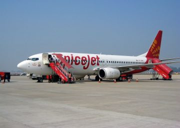 1024px-SpiceJet_aircraft_at_Varanasi_Airport[1]